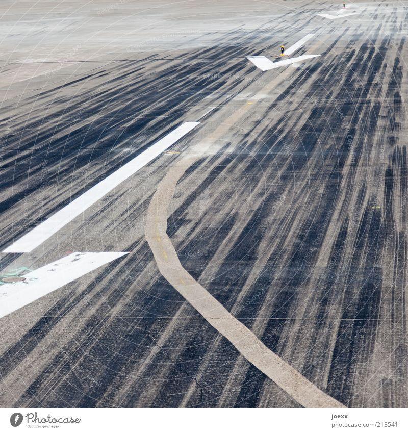 Durchstarten Verkehrswege Luftverkehr Landebahn Beton Zeichen Linie grau schwarz weiß Bremsspur Pfeil Spuren Fahrbahn gegen Richtung Fahrbahnmarkierung