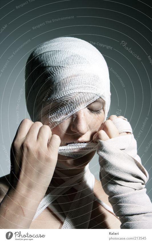 Eingemullt 2 Junge Frau Jugendliche 1 Mensch Schnur Knoten geduldig Schmerz Stress Gesundheitswesen Risiko schön Verband eingewickelt Heilung befreien steril