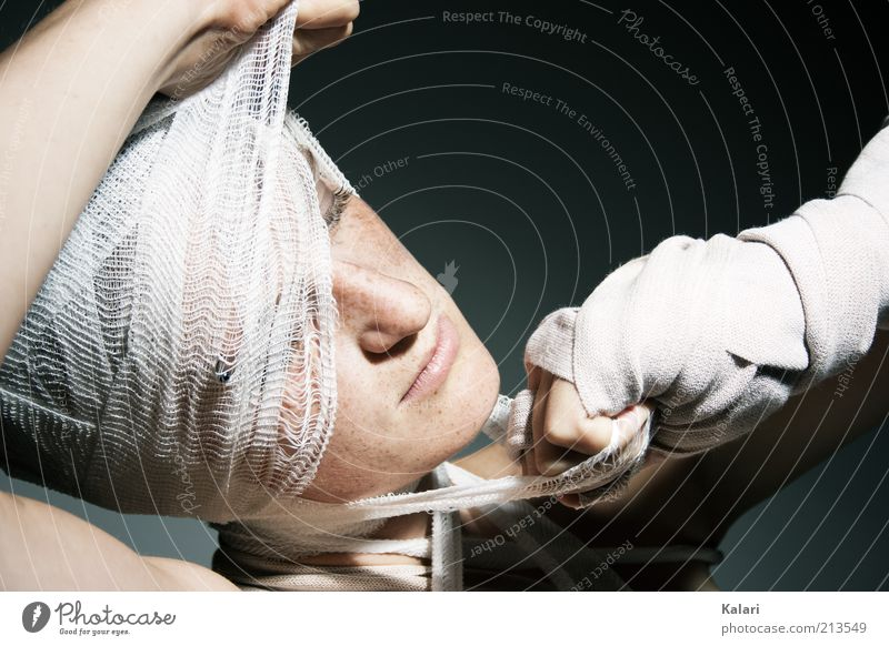 Fast entmullt Jugendliche schön hell Beginn frei kaputt Hoffnung Gesundheitswesen 18-30 Jahre Schnur Junge Frau Krankheit Schmerz Knoten Verbundenheit