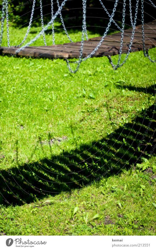 Im Schatten der Brücke Freizeit & Hobby Spielen Spielplatz Natur Pflanze Sonnenlicht Sommer Schönes Wetter Wärme Gras Grünpflanze Garten Park Wiese Hängebrücke