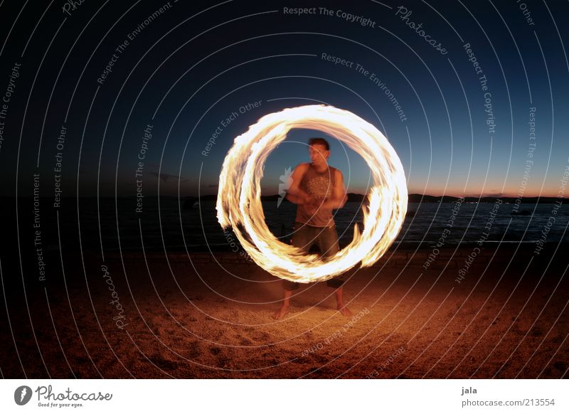 ring of fire Mensch Himmel Mann Meer Strand Erwachsene Spielen Bewegung Horizont Freizeit & Hobby maskulin ästhetisch Politische Bewegungen Feuer Kreis Show