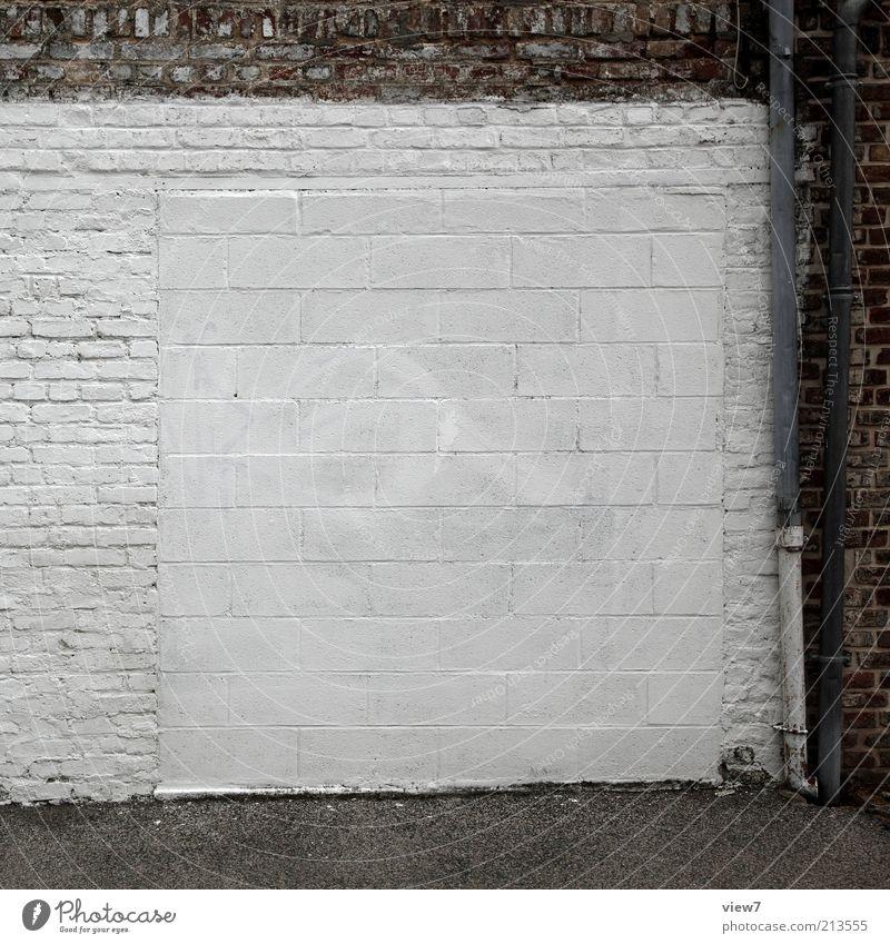 angetäuscht Haus Mauer Wand Fassade Stein Backstein Linie alt authentisch dunkel dünn eckig einfach frisch retro weiß ästhetisch Ordnung sparsam stagnierend