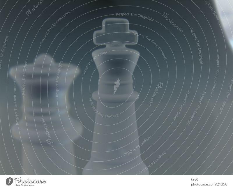 König mit Begleitung dunkel Stil modern Dame König Schach Verlauf Schachfigur negativ Mensch