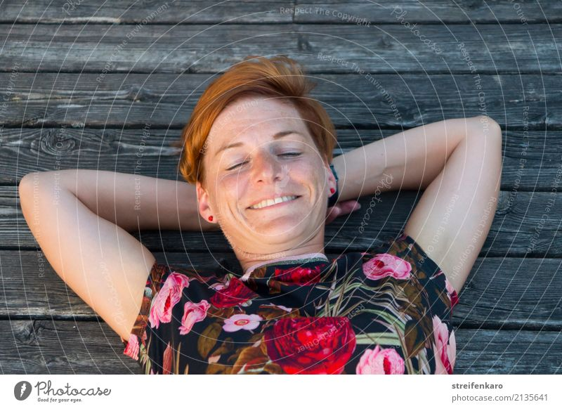 Am See - junge Frau liegt lächelnd in der Abendsonne auf einem Holzsteg Wellness harmonisch Wohlgefühl Zufriedenheit Erholung Ferien & Urlaub & Reisen Sommer