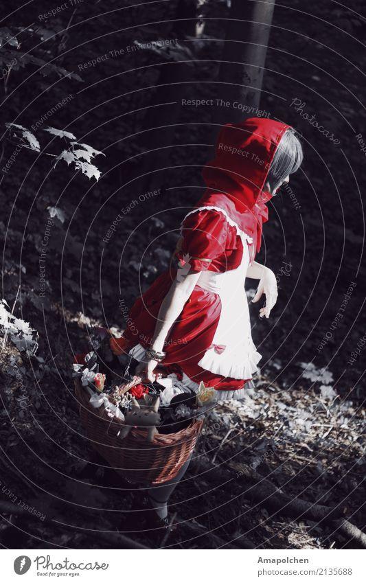 :18-04:: Ausflug Abenteuer Karneval Halloween feminin Mädchen Frau Erwachsene 13-18 Jahre Jugendliche 18-30 Jahre Baum Wald Angst gefährlich Kindheit Märchen