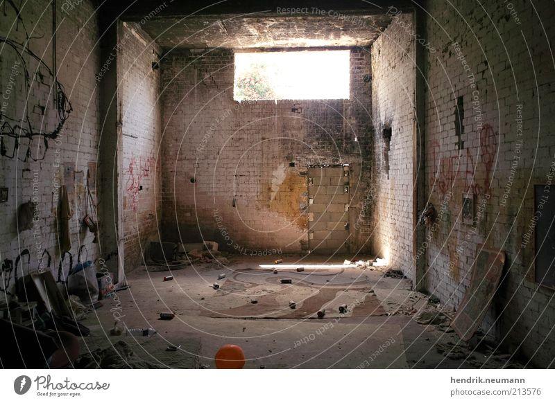 homeless home Ruine Halle alt Armut dreckig dunkel kaputt trist Langeweile Traurigkeit Einsamkeit Frustration Verfall obdachlos Farbfoto Gedeckte Farben