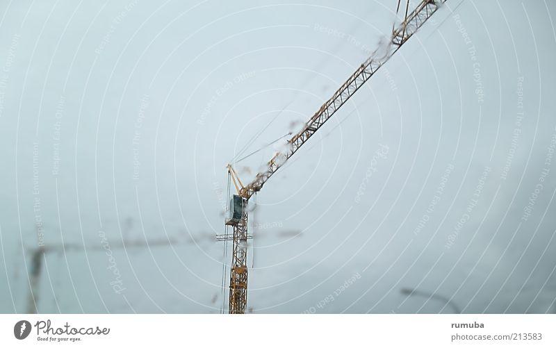 Kranausleger bei Schietwetter Himmel blau Wolken oben Bewegung Regen Arbeit & Erwerbstätigkeit hoch Wassertropfen Wachstum Zukunft Baustelle Technik & Technologie Beruf Mut Straßenbeleuchtung