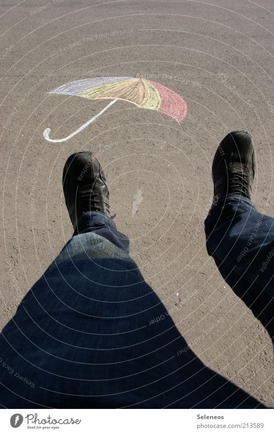 oben Freizeit & Hobby Spielen Ausflug Mensch Beine Fuß Strassenmalerei Straße Kreide Schirm fliegen hoch Farbfoto Außenaufnahme Tag Schatten Kontrast