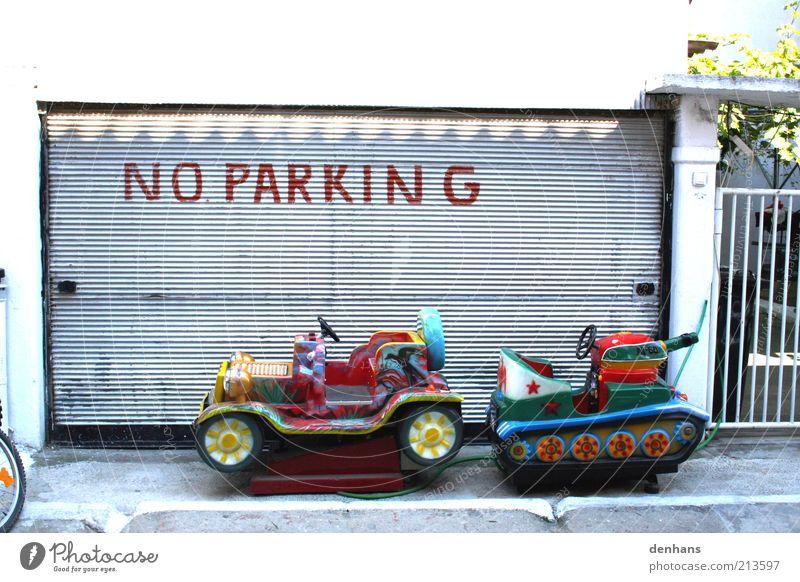Hier nicht! Kinderspiel Fassade Rollo Autofahren Straße Verkehrszeichen Verkehrsschild PKW Hinweisschild Warnschild Spielen lustig mehrfarbig Farbfoto