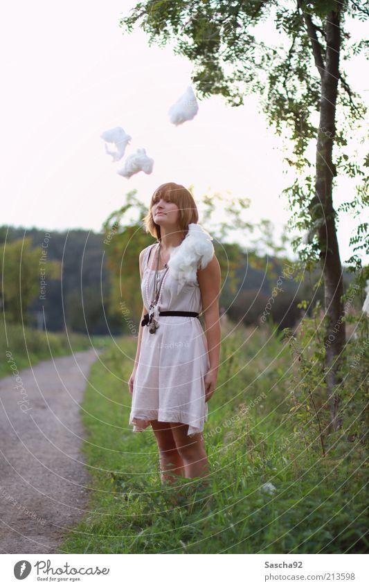 leicht bewölkt. Mensch Natur Jugendliche weiß Baum grün feminin Spielen Stil Glück Wege & Pfade Denken Zufriedenheit warten