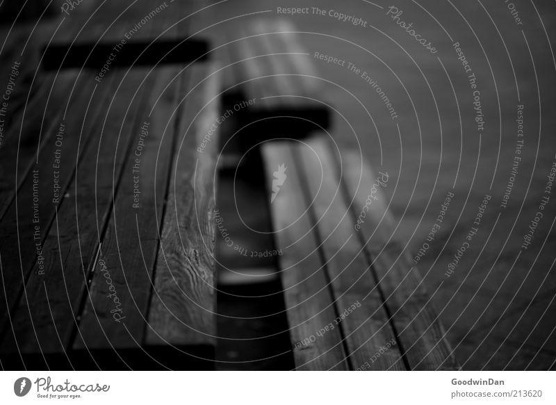 Setz dich Bank Beton Holz alt dunkel eckig kalt trist Stimmung Schwarzweißfoto Außenaufnahme Menschenleer Dämmerung Schatten Kontrast Schwache Tiefenschärfe