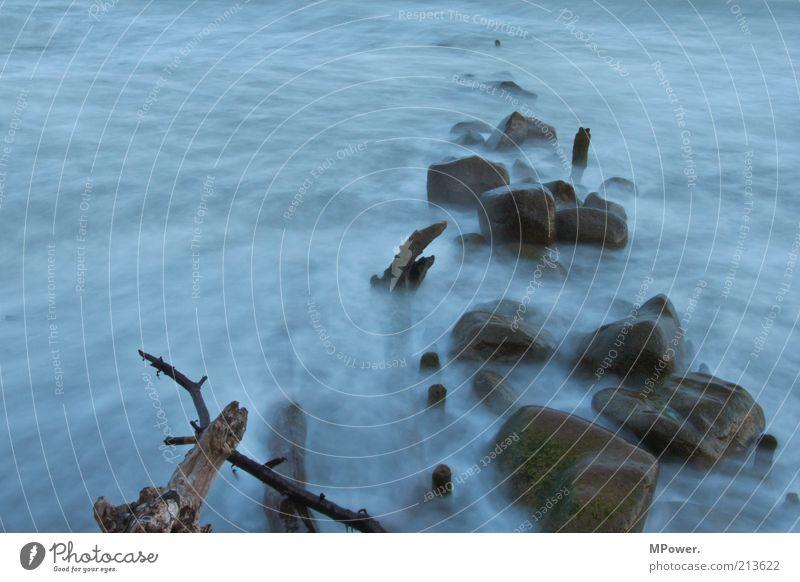 Bodennebel Natur Wasser Felsen Küste Strand Bucht Ostsee Meer Insel Stein Rauch fantastisch gruselig blau braun mystisch Geisterstunde Farbfoto Außenaufnahme
