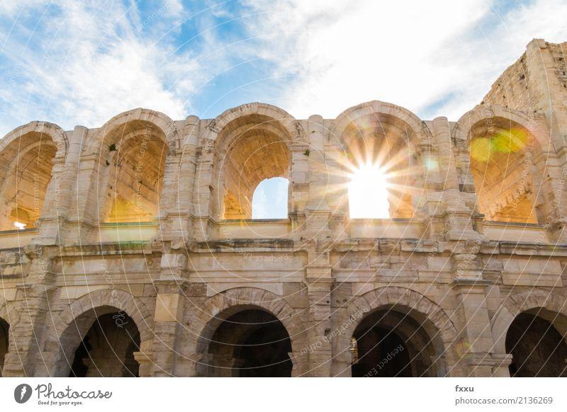 Amphitheater von Arles Kolosseum Camargue Gegenlicht Sonnenstrahlen Sonnenenergie Sommer Attraktion Sehenswürdigkeit Frankreich Südfrankreich Abenddämmerung