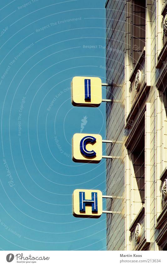 EGO Haus Fenster Wand Architektur Stil Fassade Schilder & Markierungen Schriftzeichen einzigartig Zeichen Werbung Typographie Blauer Himmel selbstbewußt Symbole & Metaphern egoistisch
