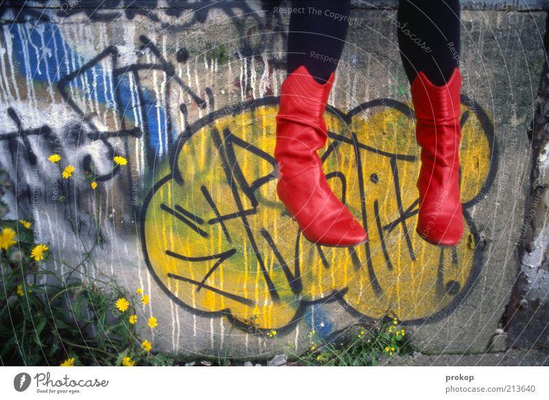 Rote Stiefel in den Wolken Mensch androgyn Junge Frau Jugendliche Erwachsene Fuß Mauer Wand Mode Strumpfhose sitzen frisch schön einzigartig modern verrückt