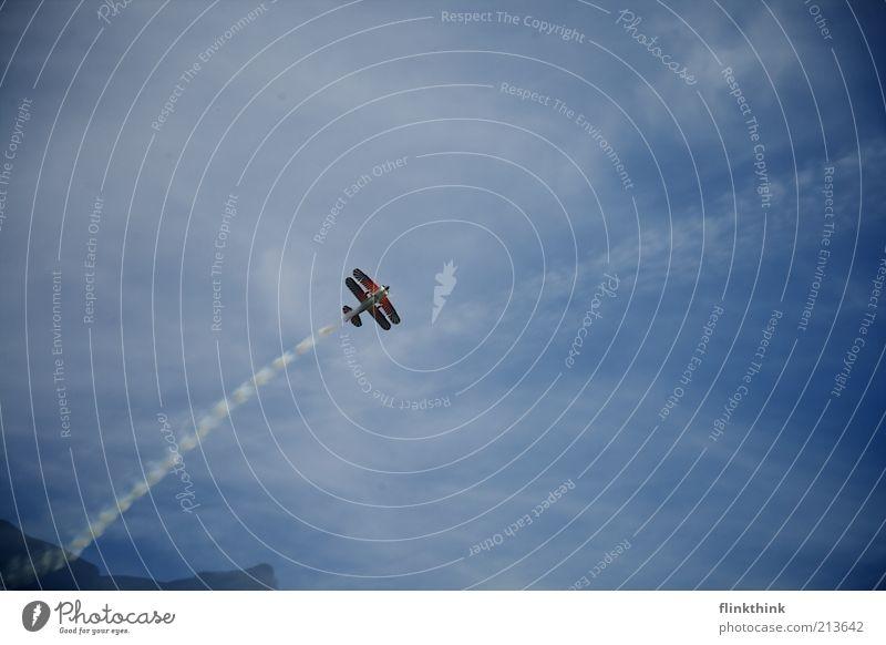Überflieger Himmel blau Wolken fliegen Flugzeug frei Coolness Unendlichkeit Lebensfreude Abgas Begeisterung Fluggerät Gefühle Freude Wolkenhimmel Doppeldecker