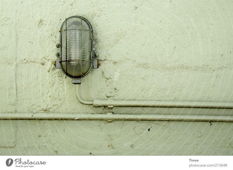 Kellerlampe mit Leitung auf Wand Lampe Mauer hell Beleuchtung Fassade Elektrizität trist Kabel Eisenrohr Putz