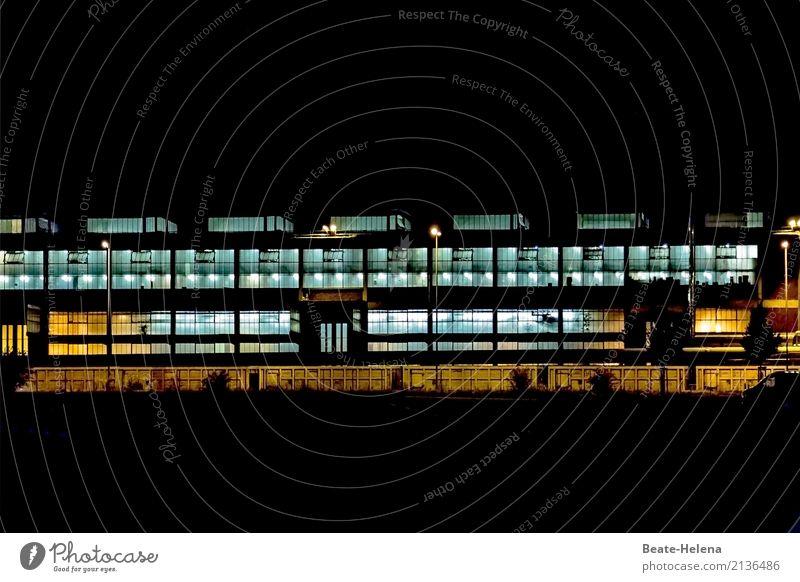 Nacht| Schicht Arbeit & Erwerbstätigkeit Arbeitsplatz Fabrik Wirtschaft Industrie Nachthimmel Stadt Industrieanlage Fassade Fenster ästhetisch außergewöhnlich