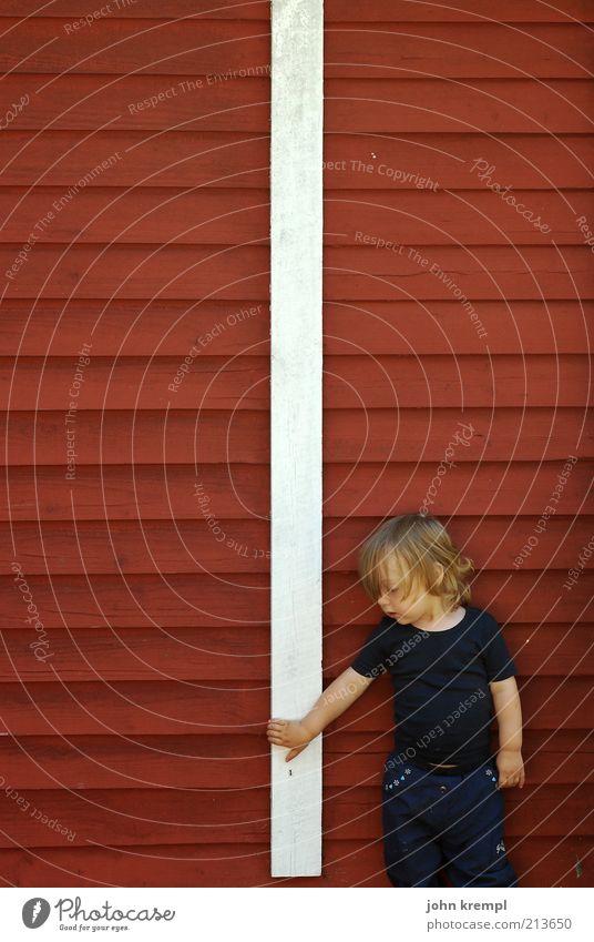 ottos mops Mensch weiß rot Haus Leben Wand Glück Mauer träumen Kindheit blond Arme Fassade maskulin Fröhlichkeit stehen