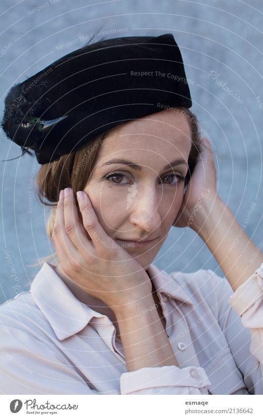 Mensch Frau Jugendliche 18-30 Jahre Erwachsene Lifestyle Traurigkeit Gefühle natürlich feminin Stil Mode Denken Design elegant authentisch