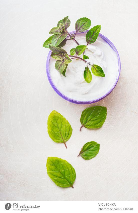 NaturKosmetik creme für die Hautpflege mit grünen Blättern schön Blatt Leben Lifestyle Gesundheit Stil Design kaufen Wellness Körperpflege Creme Grünpflanze