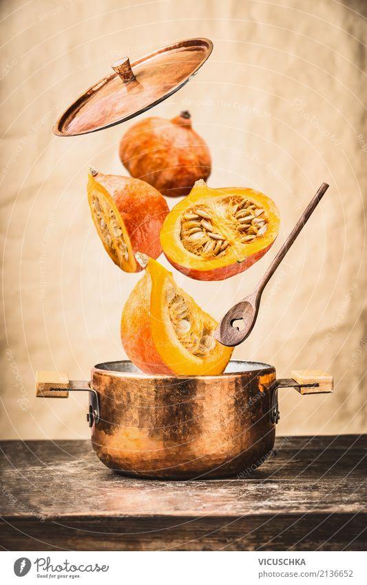 Kochtopf und Kochlöffel mit fliegende Kürbis Gesunde Ernährung Foodfotografie Essen gelb Wand Stil Mauer Lebensmittel Design Gemüse Bioprodukte Restaurant