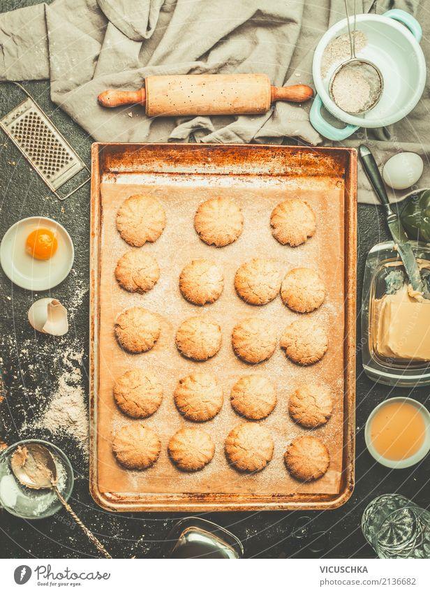 Kekse auf Backblech mit Zutaten und Teigroller Lebensmittel Teigwaren Backwaren Kuchen Dessert Ernährung Geschirr Stil Design Winter Häusliches Leben Tisch