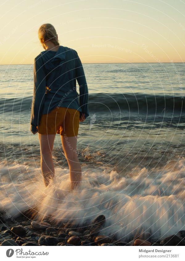 In die Fluten Mensch Himmel Natur Jugendliche Wasser Ferien & Urlaub & Reisen Meer Strand Einsamkeit Erwachsene Erholung feminin Leben Junge Frau Horizont Schwimmen & Baden