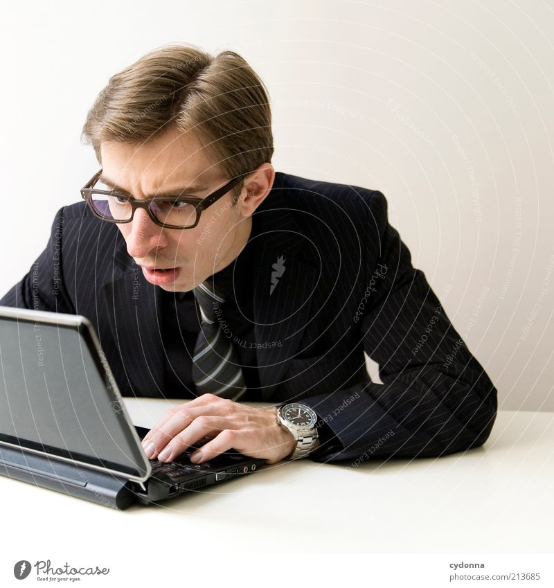 Fehlanzeige Mann Computer Hand Jugendliche Arbeit & Erwerbstätigkeit Gefühle Büro Business Erwachsene elegant Internet Netzwerk lesen Kommunizieren Brille