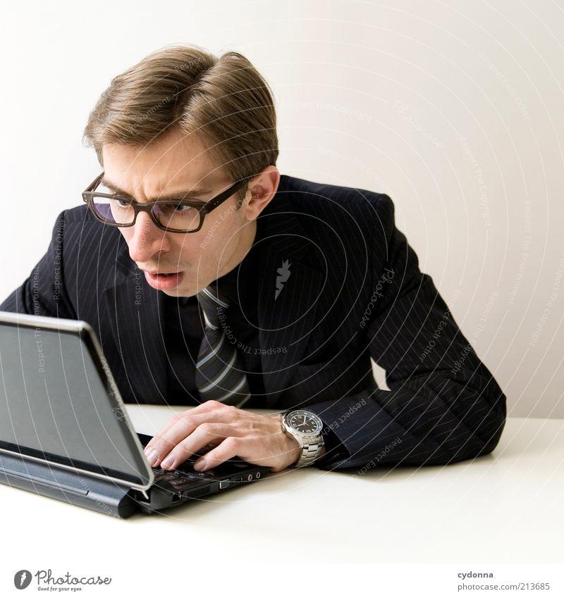 Fehlanzeige Mann Computer Hand Jugendliche Arbeit & Erwerbstätigkeit Gefühle Büro Business Erwachsene elegant Internet Netzwerk lesen Kommunizieren Brille Wandel & Veränderung