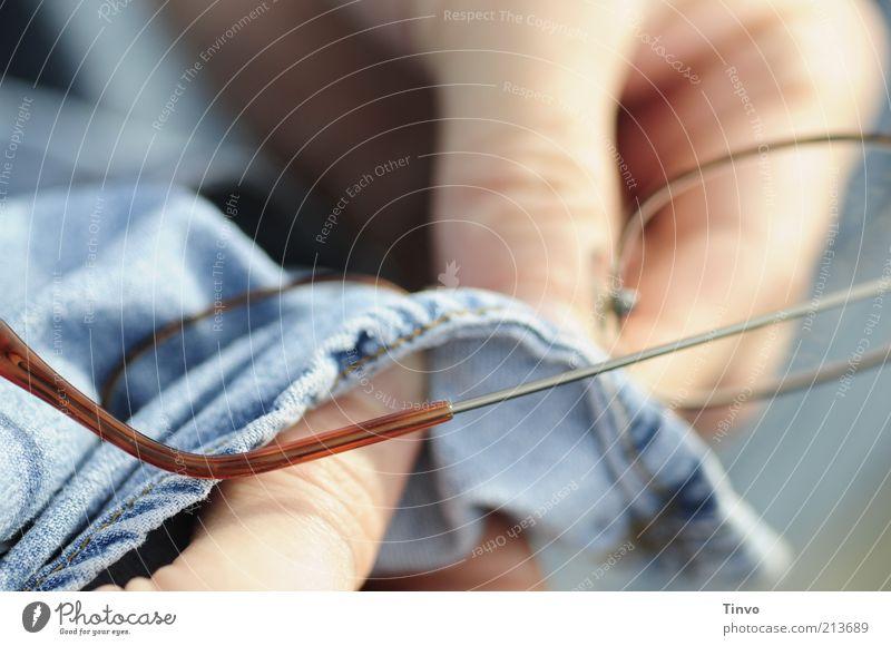 Für Durchblick sorgen. Mensch blau Glas dreckig Finger Junge Frau Brille Reinigen Jeansstoff Vorsicht Linse Durchblick Sehvermögen haltend Optisches Gerät