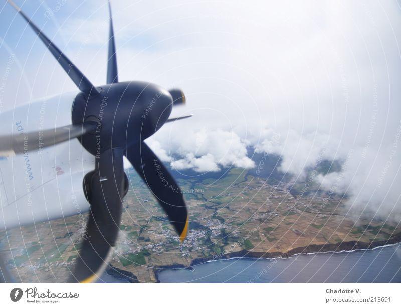 Propeller Himmel weiß Meer blau Wolken grau braun Küste Flugzeug fliegen Luftverkehr Motor Portugal Luftaufnahme Klippe Drehung