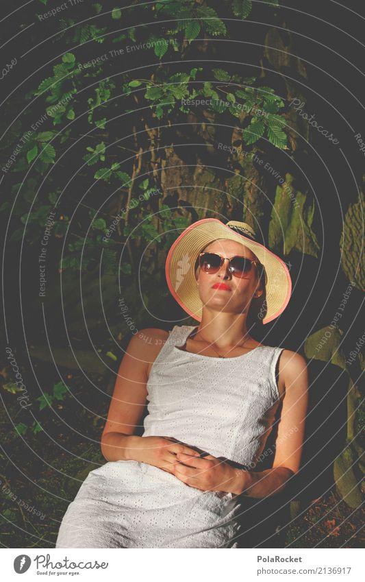 #A# Sonne unter'm Baum Mode Bekleidung ästhetisch Kleid Hut Sonnenhut Sonnenbrille Frau liegen Pause ausruhend Erholung Park angelehnt Model Körperhaltung