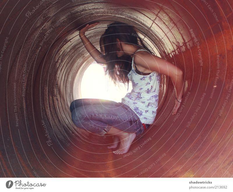 tubish Jugendliche Sommer Einsamkeit feminin Erwachsene Trauer ästhetisch Coolness Jeanshose Mensch Tunnel Röhren Frau Barfuß Versteck