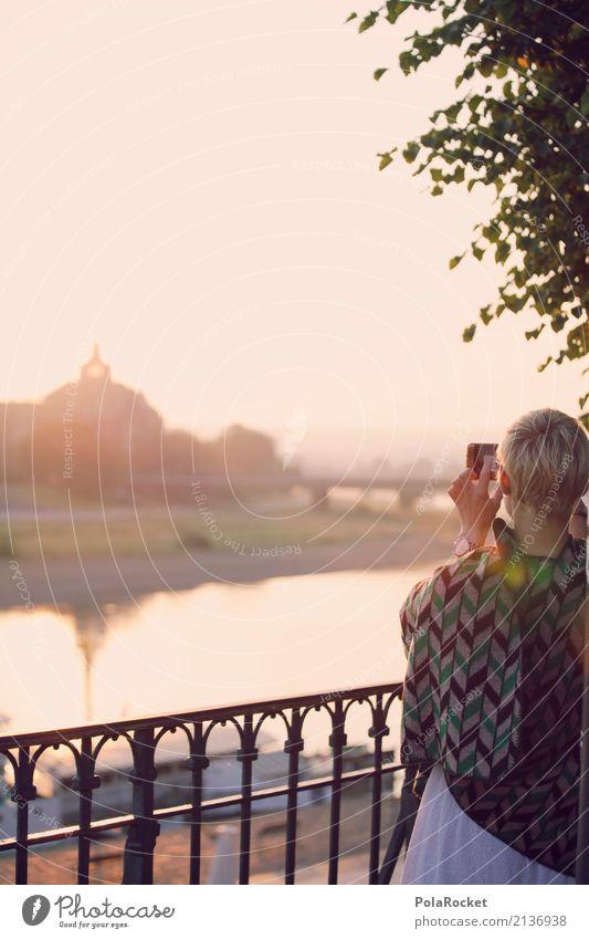 #A# Tourist 1 Mensch ästhetisch Frau Dresden Elbe Umhang Geländer Handyfoto Selfie Handy-Kamera Farbfoto Gedeckte Farben Außenaufnahme Nahaufnahme Experiment