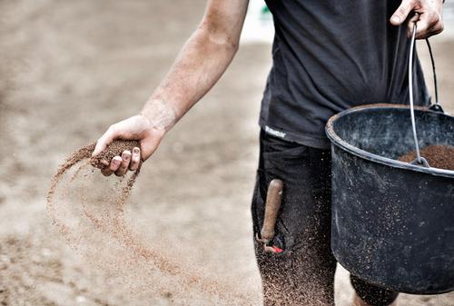 Gärtner verteilt Samen mit der Hand ruhig schwarz Umwelt Bewegung Gras Garten braun Zufriedenheit Erde dreckig Wachstum Baustelle Landwirtschaft Gelassenheit