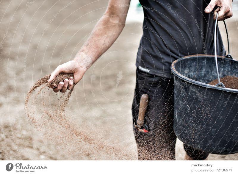 Gärtner verteilt Samen mit der Hand Zufriedenheit Garten Hausbau Gartenarbeit Gärtnerei Baustelle Wirtschaft Landwirtschaft Forstwirtschaft Umwelt Erde Gras
