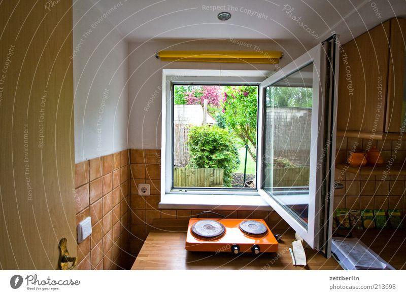 Drin die Küche, draußen das Gärtchen Fenster Garten Luft braun Wohnung offen Häusliches Leben Fliesen u. Kacheln Durchblick Detailaufnahme lüften Fensterblick