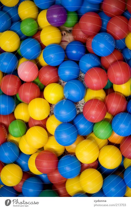 Unsichtbar Mensch blau rot gelb Spielen Stil Traurigkeit Kindheit Design liegen Sicherheit Ball einzigartig Neugier geheimnisvoll Kreativität