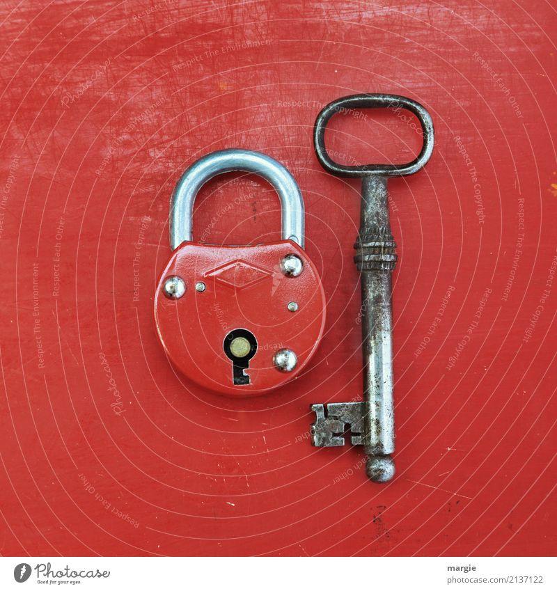 Ein Ungleiches Paar: Großer Schlüssel mit kleinem roten Schloss Häusliches Leben Wohnung Hausbau Arbeit & Erwerbstätigkeit Beruf Dienstleistungsgewerbe Handwerk