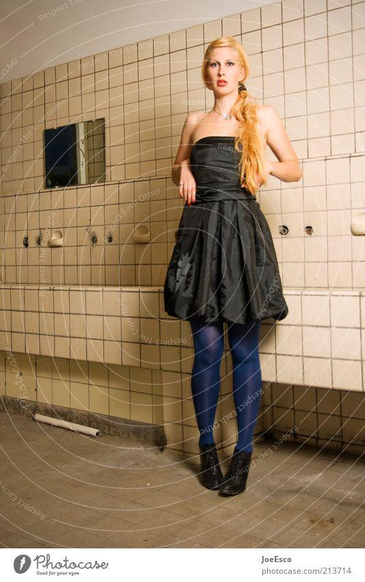 stillstand. Frau Mensch schön Leben Wand Gefühle Stil Mauer Mode blond Erwachsene Lifestyle Coolness Körperhaltung