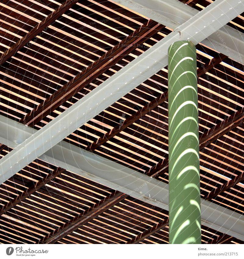 Sonnenschutz grün Sommer Holz grau Wärme braun Metall Architektur ästhetisch Dach Metallwaren diagonal Geometrie Säule
