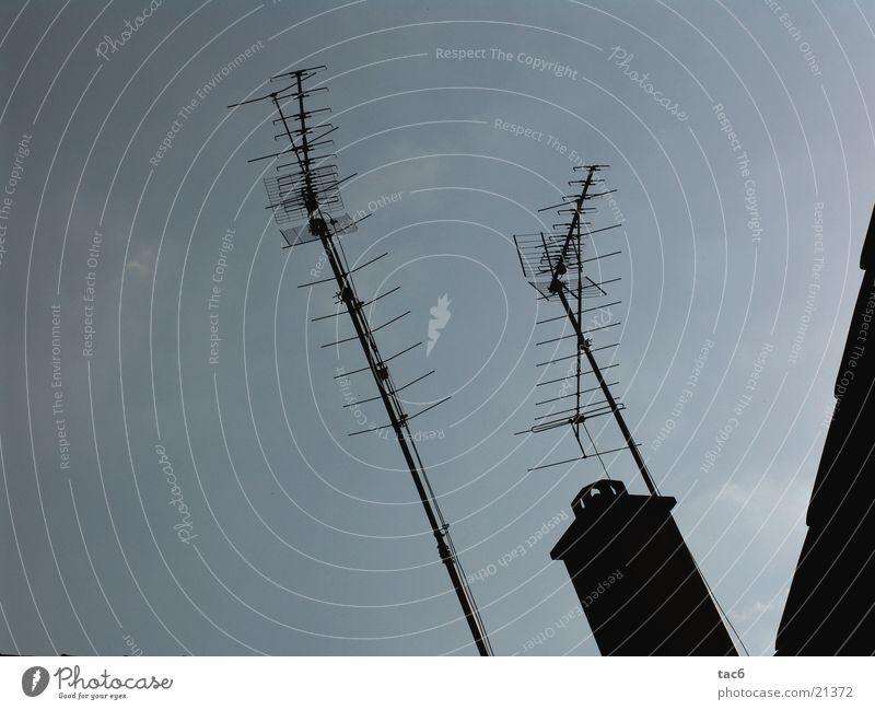 Empfang ?! alt Himmel blau schwarz Dach Dinge Antenne
