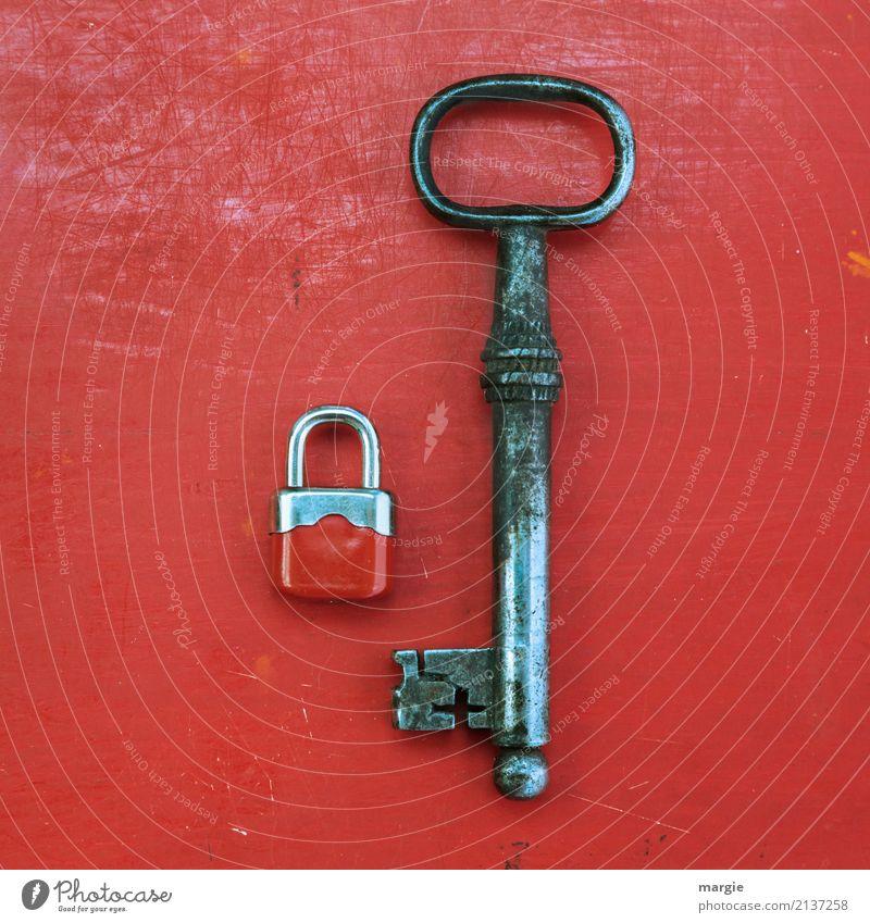 Ein ungleiches Paar kleines Schloss mit Riesen - Schlüssel Handwerker Dienstleistungsgewerbe Werkzeug Technik & Technologie Metall Rost rot Vorhängeschloss