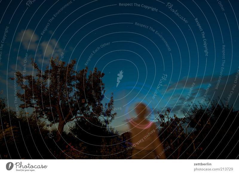 Leise Blinkern mit dem Handy Mann Natur Himmel Wolken Lampe dunkel Spielen Garten Landschaft Erwachsene Kreis rund Nachthimmel leuchten Spirale Lichtspiel