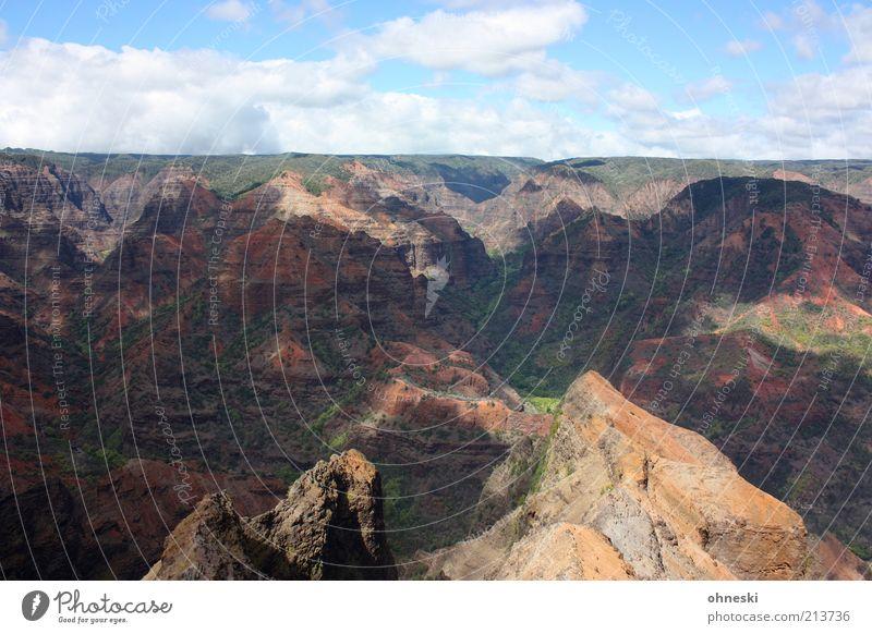 Waimea Canyon Umwelt Landschaft Urelemente Erde Himmel Klima Wetter Hügel Felsen Schlucht Freiheit Ferne Stein Wolken Farbfoto Außenaufnahme Licht Schatten
