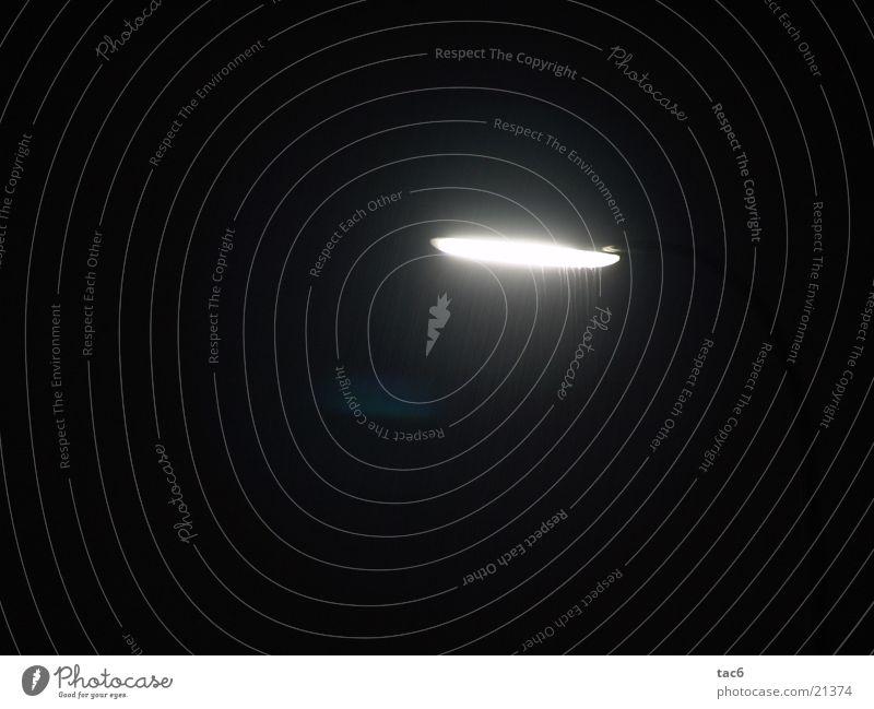 Tropfen im Licht Laterne Nacht Langzeitbelichtung Lampe Dinge Regen Wassertropfen hell