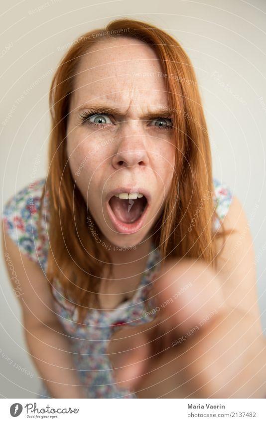 Wutmodus Mensch feminin Junge Frau Jugendliche 1 18-30 Jahre Erwachsene Kleid rothaarig langhaarig berühren sprechen Kommunizieren schreien Konflikt & Streit