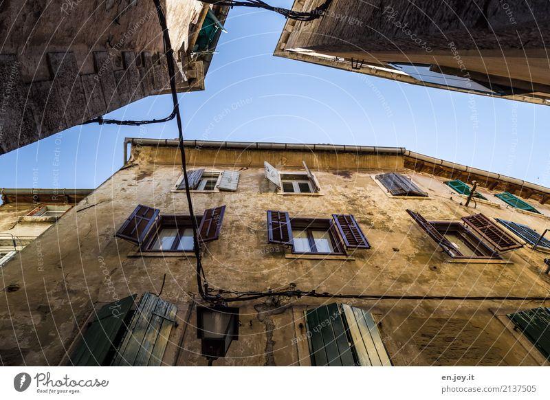 Gegenüber Ferien & Urlaub & Reisen alt Stadt Haus Fenster gelb Wand Traurigkeit Mauer Tourismus Fassade Wohnung Häusliches Leben träumen dreckig Trauer