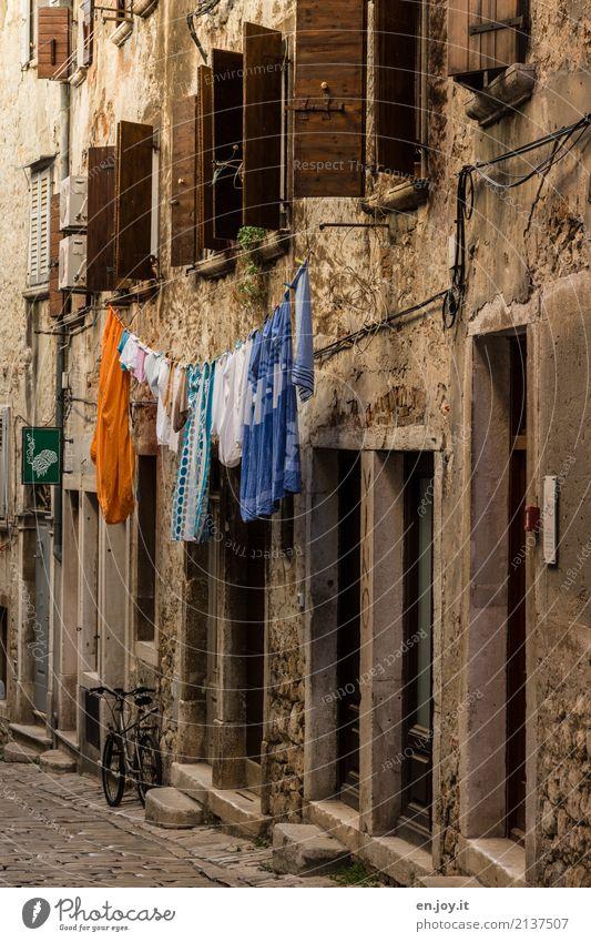 Trockenraum Häusliches Leben Dorf Kleinstadt Altstadt Haus Gebäude Mauer Wand Fassade Fenster Tür hängen alt dreckig Ordnungsliebe Reinlichkeit Sauberkeit